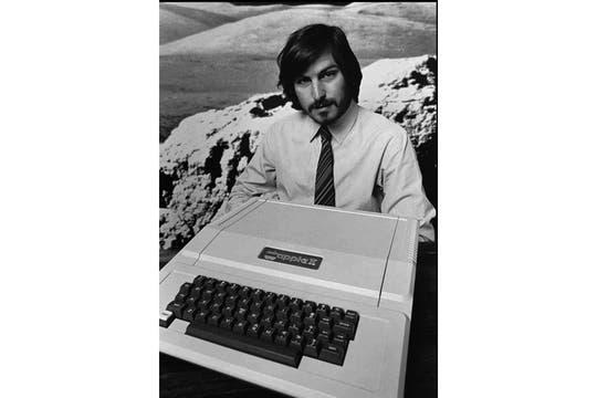 Un joven Steve Jobs junto a la Apple II, en 1977. Foto: AP