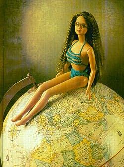 El mundo de Barbie no se termina en la muñeca, por supuesto; al contrario, allí apenas empieza y cada producto es una maquinaria industrial