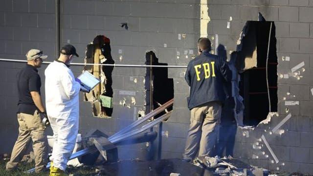 Agentes del FBI revisan los orificios por donde el equipo SWAT de las autoridades logró ingresar al club Pulse para acabar con el ataque de Omar Marteen.