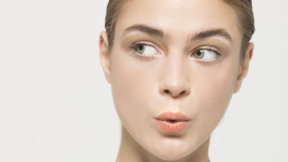 Dorado brillante: Sombras metálicas muy modernas que realzan de manera armónica los rasgos de la cara