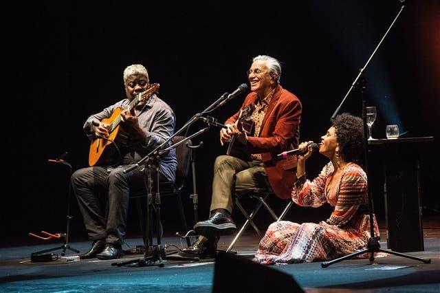 Después de tres bises, Caetano Veloso y Teresa Cristina cantan acompañados por Carlinhos 7 Cordas