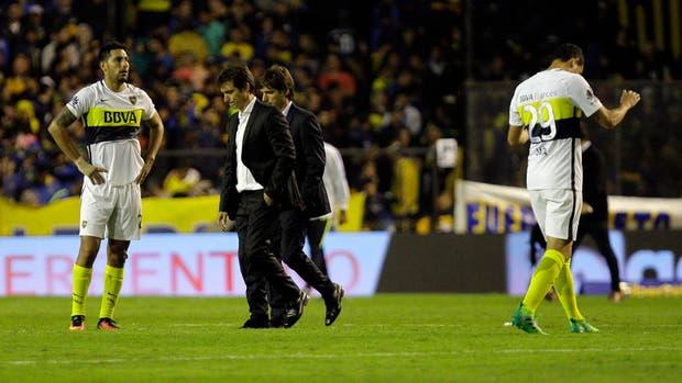 Guillermo y Gustavo Barros Schelotto, entre Insaurralde y Jara; Boca no supo defender el resultado y dejó escapar dos puntos