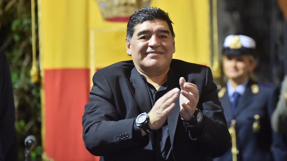 Diego Maradona durante la ceremonia en la que se le concedió el título de ciudadano honorario de Nápoles, Italia. Foto: AFP / Italy Photo Press/Zuma Pres