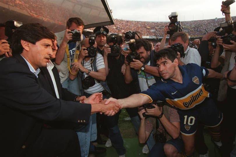 El saludo entre Diego Maradona y Ramón Díaz. Foto: Archivo