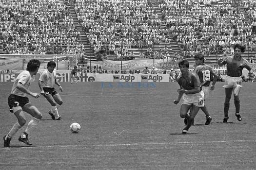 Maradona juega con Burruchaga frente a Bagni, Galderissi y Di Gennaro. Foto: LA NACION / Antonio Montano