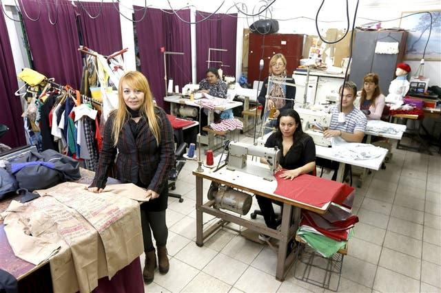 Silvia Flores (izquierda) en el taller textil que la cooperativa tiene con Martín Churba