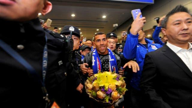 Carlos Tevez llegó a China: multitudinario recibimiento con regalos, pancartas y camisetas de la selección