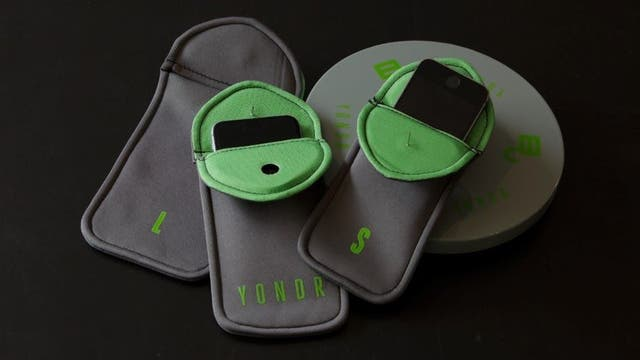 Yondr es un estuche que impide que uses el teléfono; tiene un cierre magnético que sólo se puede abrir al salir del lugar del show