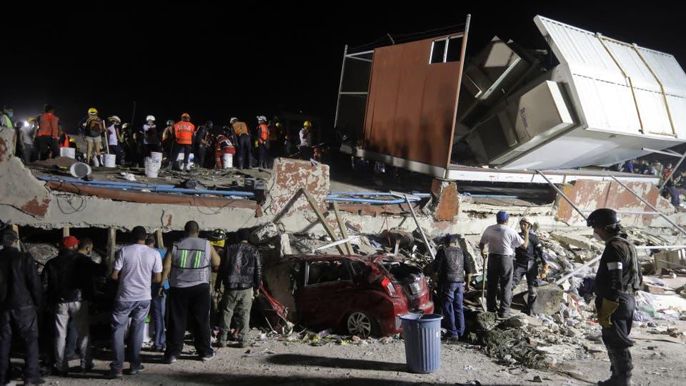 Unos 50 edificios colapsaron en zonas del centro y sur de la capital, donde al anochecer muchas personas observaban desalentadas sus hogares destruidos. Foto: AP