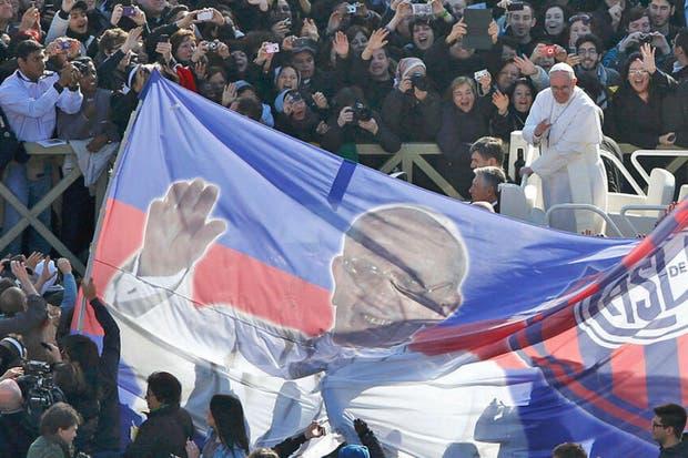 La bandera que estuvo a metros del Papa.  /@alearnoletti