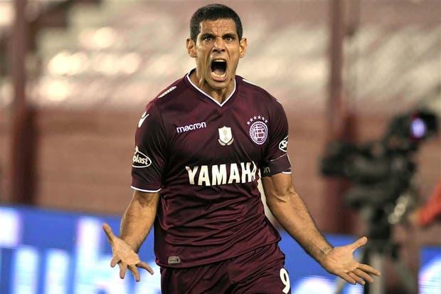 Un titán en el área: Pepe Sand logró su gol 98 en Lanús; el 2-0 fue un puñal para Huracán