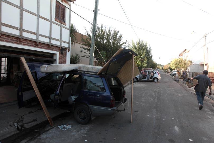 Lentamente la cuidad de La Plata intenta volver a la normalidad. Foto: LA NACION / Santiago Hafford