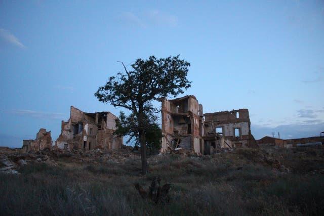 En el sitio y la batalla de Belchite murieron unas dos mil personas. Luego de 80 a?os de abandono, el pueblo permanece en ruinas
