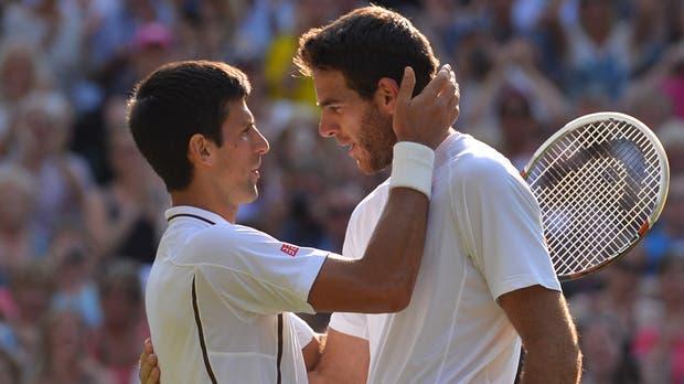 El saludo final con Novak Djokovic, después de la derrota en semifinales de Wimbledon 2013