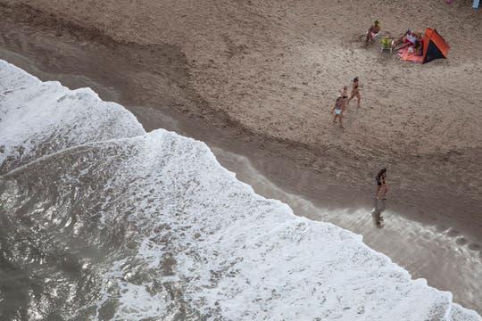 La playa, desde el aire. Foto: LA NACION / Sebastián Rodeiro