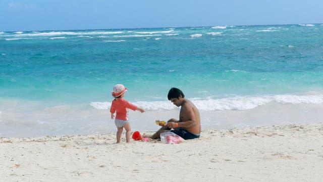 Diego Fernández de León y su hija Malena, disfrutan de la playa en Punta Cana