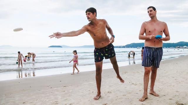 Román Martino y César Prucca juegan horas al tejo en la playa de Jurere, Florianopolis; sus parejas, en cambio, aprovechan para caminar o realizar compras
