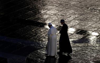 El Papa Francisco durante una ceremonia ante la Plaza de San Pedro vacía por la pandemia