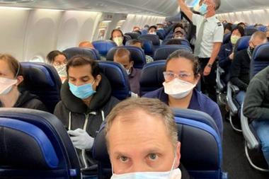 Una foto de un avión lleno de pasajeros en medio de la pandemia generó polémica este mes en Estados Unidos.