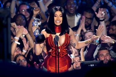 Cardi B feliz con su premio en los MTV Video Music Awards