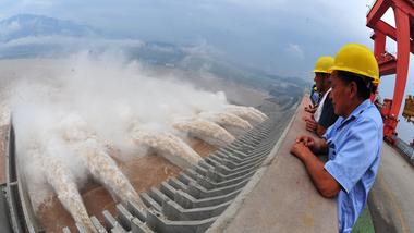 La gigantesca represa de las Tres Gargantas en el río Yangtsé es un ejemplo de las grandes obras de infraestructura con que China busca satisfacer su demanda insaciable de energía