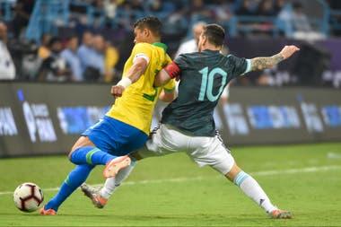 Lionel Messi lucha con Thiago Silva por la posesión de la pelota durante el amistoso entre Argentina y Brasil disputado en Arabia Saudita.