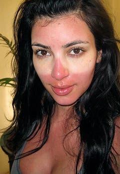 Kim Kardashian muestra los efectos de tomar sol con anteojos. No intente esto en casa.. Foto: Twitter