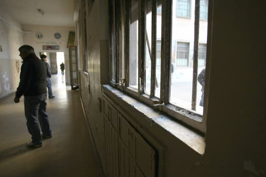 Las ventanas del Borda, en mal estado. Foto: lanacion.com / Guadalupe Aizaga