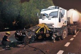 El tremendo impacto que tuvo el taxi que se había detenido por un desperfecto mecánico.