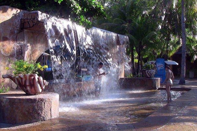 A jugar como chicos entre toboganes y piletas con olas for Piletas con cascadas