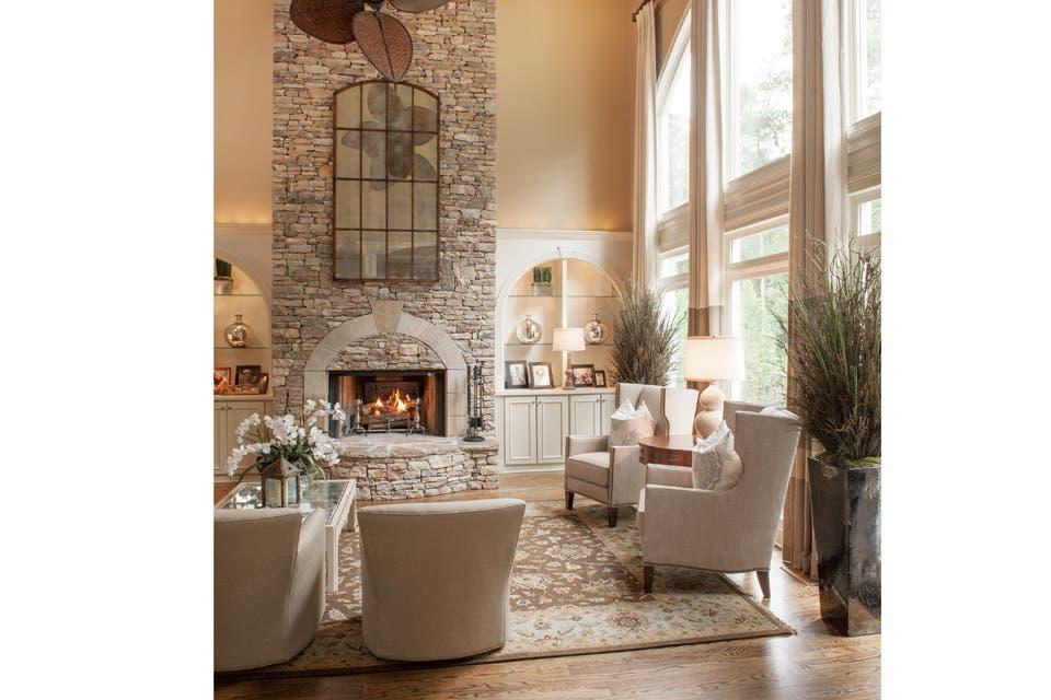 En armonia: en los suburbios de Atlanta, Estados Unidos, la diseñadora Kim Regas optó por una paleta en tonos de beige, con texturas rústicas y toques de celeste.