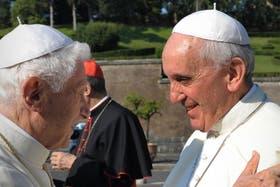 En el Vaticano, Francisco y su predecesor, Benedicto XVI, se saludaron con afecto