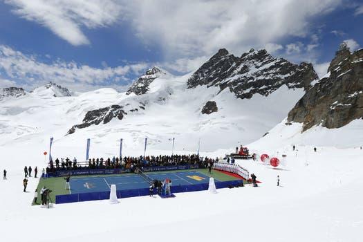 Federer, en plena exhibición en sus Alpes. Foto: Reuters