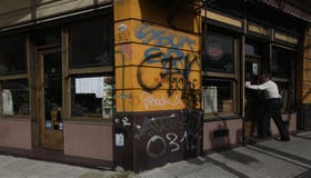 Los grafitis son parte de la escenografía porteña, como ocurrió en la fachada de un café de la ciudad