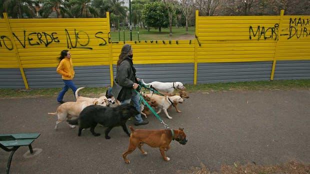 El parque Las Heras fue vallado para la obra de una cochera subterránea