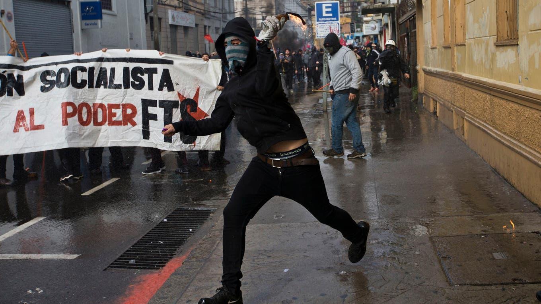 Encapuchados atacaron edificios y realizaron saqueos foto: AP