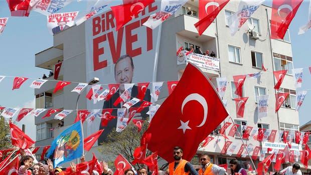 Un afiche de Erdogan con la palabra evet, que significa sí