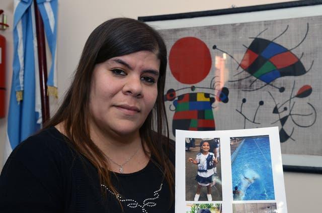 Irene Lugo (32) muestra una foto de Keila (7)