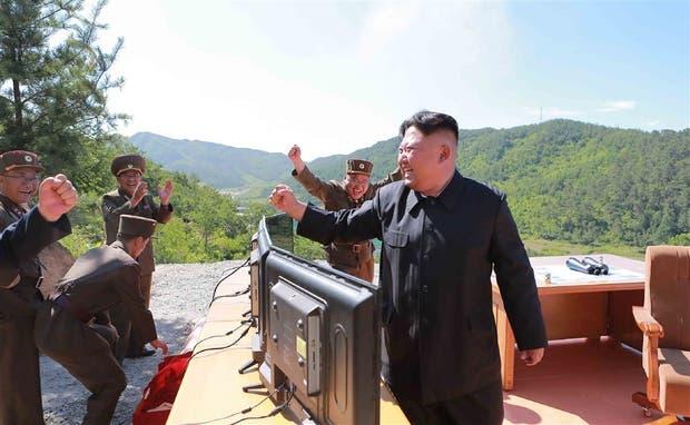 La celebración de Kim con sus lugartenientes tras el lanzamiento de ayer