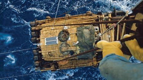 """Una vista de la balsa en plena navegación. """"Nada de lo que nos ocurrió nos alteró el curso planeado. Si la balsa se daba vuelta, sólo había que no ahogarse"""", recuerda Barragán."""