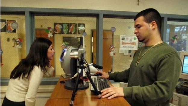 En algunas escuelas, como esta en Nueva Jersey, los estudiantes deban pasar por un sistema de reconocimiento que utiliza el iris de los ojos