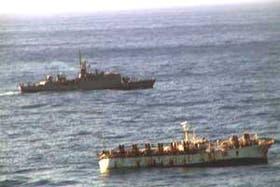 El buque de bandera taiwanesa poco antes de hundirse; atrás, la corbeta Drummond