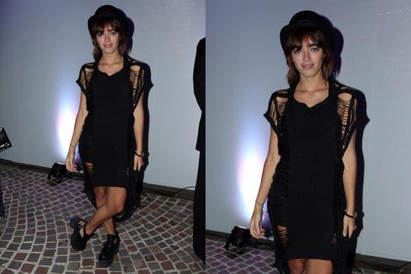 Belén Chavanne con vestido con flecos, bombín y plataformas. ¿Qué opinás de su outfit?.