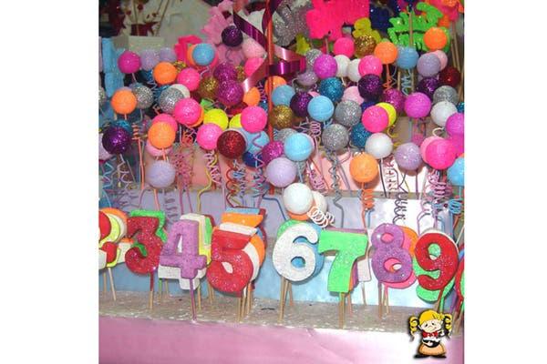 Adornos para la torta de cumpleaños en distintos colores y formas. Foto: Foto: Gentileza Melody Repostería