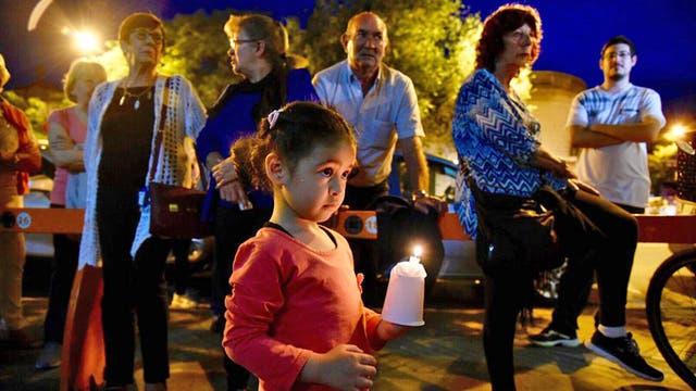 Familias enteras se acercaron al Instituto Politécnico de Rosario, donde estudiaron los cinco hombres que murieron en el atentado