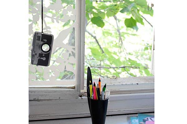 Una ventana con vinilo en la casa de Cata.