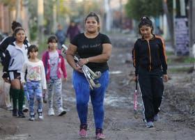 Camila camina por las calles del Barrio Lamadrid, en Lomas de Zamora