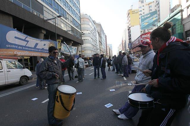 Tercerizados telefónicos protestan en Corrientes y Maipú por el despido de 300 trabajadores