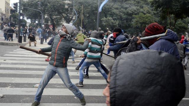 Los manifestantes utilizaron palos y tiraron piedras contra los agentes de la Policía de la Ciudad