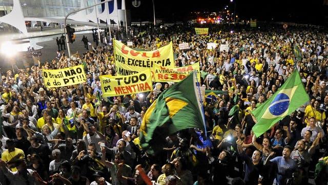Miles de personas rodearon ayer el Palacio del Planalto, en Brasilia